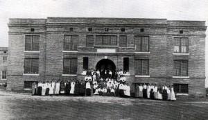 Photo: Students at Caraway Hall in 1916. Courtesy of Southern Arkansas University Archives, Magnolia, Arkansas.